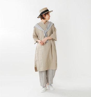 ゆったりオーバーサイズのワンピースは、そのデザイン性を活かしてメンズライクにコーディネート。パンツも太目ですが、ストライプのお陰で縦のラインが強調され、足長さんに。アクセントにカンカン帽をプラスすれば、休日のお出かけリラックススタイルに◎