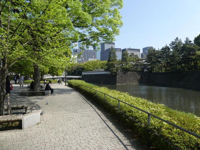 誰もが入園可能といっても、宮内庁管理下の施設です。他の公園とは異なり、出入り口が24時間開放されている訳ではなく、守らなければならない注意事項も多少あります。  【東西線・竹橋駅付近の平川濠沿いの遊歩道。奥の濠に架かるのは「平川橋」。右手は、旧江戸城二の丸へ通じている江戸城の裏門「平川門」】