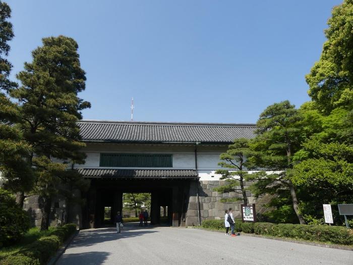 """けれども、宮内庁管理下で""""皇居""""の一部としてみなされているのは、「吹上御苑」と「旧西の丸」の他に、もう一箇所あります。【「平川門(渡櫓門)」】"""