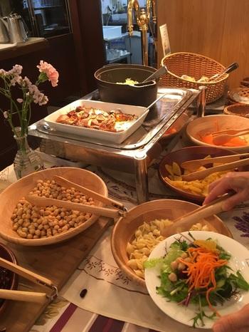 ランチの人気は、「サラダビュッフェ付きランチ」です。 東京の地場野菜をはじめ、京都・長野・茨城など産直野菜や、築地・大田市場から届いたお野菜を使った料理が好きなだけいただけます。