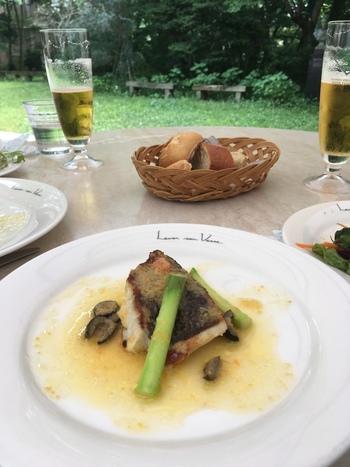 メインは、日替わりでお魚とお肉からセレクトできます。この日のお魚料理は、ポアレ。白身のしっとりした身とバターのソースが上品な味わいです。