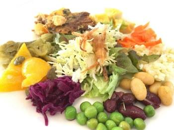 メインが選べる「日替わりランチ」が人気。前菜やサラダ、パン、コーヒーや紅茶などのドリンクがビュッフェ形式でいただけます。リーズナブルでおいしいと地元の方からも評判です。