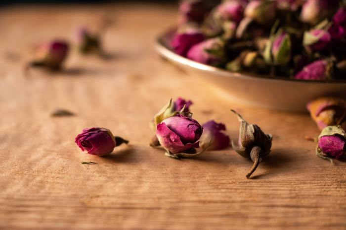フレッシュなお花そのままの色を残したいなら、シリカゲルを使ってみましょう。 シリカゲルを敷き詰めた密閉容器にお花を入れ、約1週間ほど置いておきます。  直射日光の当たらない、風通しのいい場所に飾ると、色が長持ちしますよ。