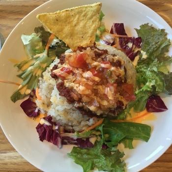 1番人気の「雑穀米のタコライス」は、プチプチした雑穀と自家製のフレッシュサルサソースの酸味が絶妙です。お野菜もたっぷり摂れてヘルシー!