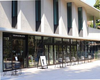 2019年4月に開校したばかりの東京音大中目黒・代官山キャンパス内にあるのは、女性を中心に人気の食のセレクトショップがプロデュースした「DEAN & DELUCA CAFE(ディーン&デルーカ カフェ)」。