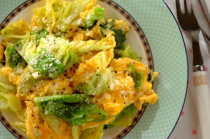 ふわふわ卵の黄色と春キャベツの黄緑色のコントラストが美しい一品。手間暇かけず、何かもう一品作りたい!そんな時におすすめのレシピです。仕上げにかけるパルメザンチーズと黒こしょうは、お好みで!