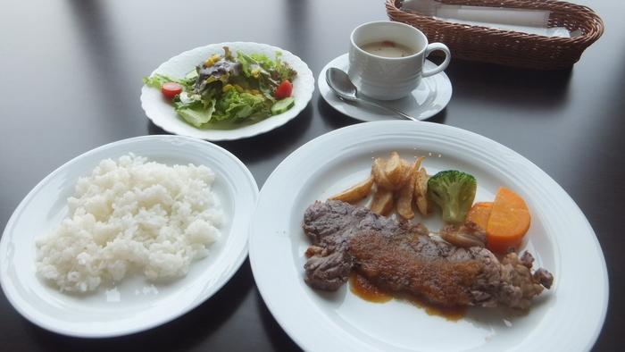 ランチメニューは、週替わりや肉料理などさまざま。こちらのサーロインステーキは、しっとりやわらかなお肉が絶品です。