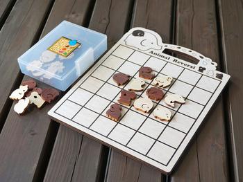 可愛い動物たちが描かれたこちらのボードゲームは古典ゲームのひとつ、リバーシです。とてもシンプルなゲームですが、一度ハマると何度でもトライしてみたくなるゲームなんですよ。