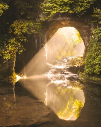 都心から約一時間で、驚くほど幻想的な光景に出会える人気スポット濃溝の滝・亀岩の洞窟。訪れる時期や時間帯を選べば、ロマンチックなハート型の写真を撮影できるかも。周囲にも人気観光スポットがたくさんあるので、何度訪れても満足できそう。