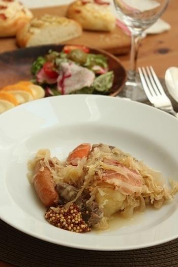 発酵させたキャベツの酢漬け、豚肉やソーセージ、野菜などを白ワインに煮込んだアルザスの家庭料理。ドイツの文化を色濃く残す地域らしい料理ですね。