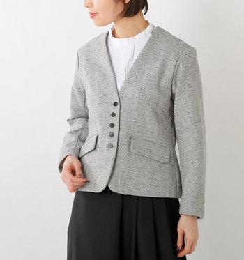 フロントのボタン配列が個性的なVネックジャケット。袖口にも同じボタンが3つ施されています。 なにより、ふんわりとしたジャカード織の絶妙な質感が魅力。ややコンパクトなサイズ感で女性らしく着こなせます。