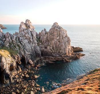 ブルターニュは、フランス北西部の大西洋に突き出した地域。切り立った断崖のある海岸線もあれば、内陸部には美しい森や湖もあり、フランスの他の地域とは異なる独特の風景が広がります。ケルト民族にルーツを持つ文化も特徴的。