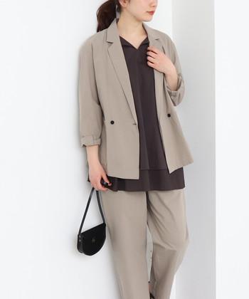 ジャケットをもっとカジュアルに楽しみたい方は、洗いざらしのような風合いが新鮮な、「yuni」のダブルジャケットがおすすめ。 素材感はもちろん、パンツやスカートにも組み合わせやすい丈感で、ベーシックなカラーが嬉しい。