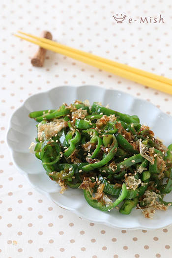 材料5つ、5分で作ることができる簡単副菜レシピです。ごま油の風味とポン酢のさっぱり味でヤミツキに。かつお節を絡めることで旨味をプラスするだけでなく、水分を吸収してくれるのでお弁当にも◎