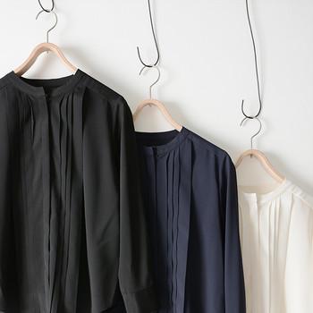 すっきりとしたスタンドカラーは、さまざまな襟元のジャケットにぴったり。 上品なフロントプリーツは女性らしい雰囲気を演出してくれますよ。