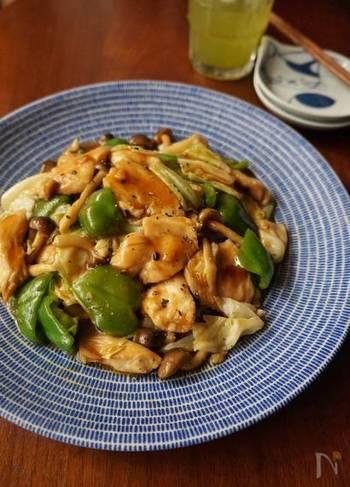お肉も野菜も一皿でバランスよく摂れる、オイスターソース炒めのレシピ。オイスターソースや鶏がらスープの旨味と、にんにくの風味が食欲をそそります。