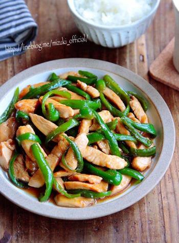 続いては中華料理、チンジャオロースのレシピ。鶏むね肉でも手頃に美味しく作ることができます。お肉に調味料と片栗粉を揉み込むのが、柔らかくジューシーに仕上げるコツです。