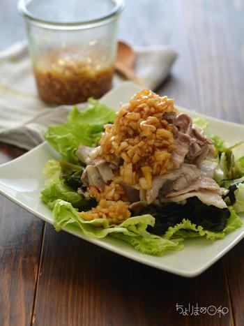 新たまねぎをみじん切りにし、調味料を合わせて味が馴染むまで冷蔵庫でひとやすみ。 ノンオイル仕立てなので低カロリー。さらには、ゆで豚、鶏、炒めたお肉、ホイル焼き、冷奴などなど、色々な食材と組み合わせることが出来るので、とっても重宝します。新玉ねぎの美味しい季節に是非!