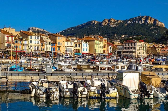 豊かな自然に恵まれた南仏プロヴァンス。高級リゾートが点在する紺碧海岸・コートダジュールや、ゴッホが愛したアルルなど、世界中の人々にとっても憧れの地。また、地中海の幸にも恵まれ、魚介料理がおいしい土地としても知られます。