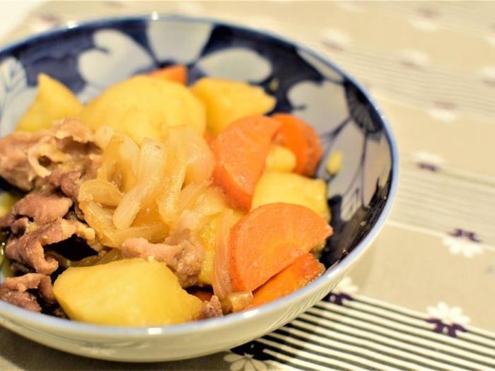 豚小間肉と、じゃかいも、にんじんなどの野菜をバッグに入れても揉みこみ、10分レンジでチンしてできあがり、というとっても簡単な「肉じゃが」レシピ!  野菜やお肉にもしっかり味が染み込み、まるでお鍋で作ったかのような味わい。和食の定番がこんなに時短で叶うとは驚きですよね。口コミでも高評価で、最初にぜひ試してほしい、オススメメニューです。