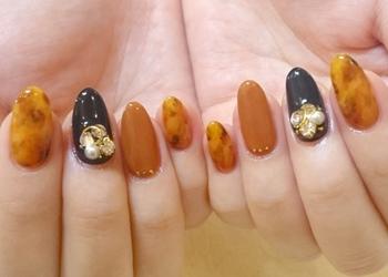 たとえ得意でない色味も、すべての指に塗らなくてもOK。1つの指に塗ると、デザインのアクセントとして際立ちます。