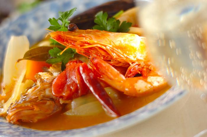 魚介のうまみが凝縮した贅沢なスープ・ブイヤベースは、南仏マルセイユの名物です。もともとは、商品価値のない魚介を漁師が家で食べるために作った簡単なものでしたが、いまでは味も洗練され、南仏を代表する料理として知られています。