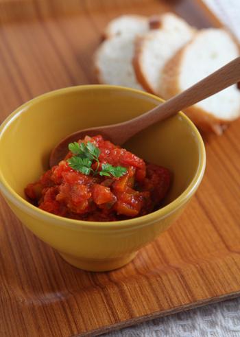 パプリカ、ピーマン、にんじん、セロリなどの好きな野菜と、らっきょう、トマトの水煮缶で作る「万能!野菜たっぷりイタリアンソース」。パスタやピザに使ったり、パンにのせたり、またはそのままでも美味しくいただけるまさに万能ソースです。