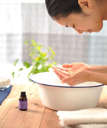 """《 かぐれ / アロマティッククレンジングウォーター 》 洗顔というとやはりフェイスソープやスキンローションなどに意識が向きやすいですが、こちらは洗顔する時の""""水""""に注目したクレンジングウォーターです。ビタミンの配合によって水道水の塩素を中和し、オーガニックアロマの香りと美容効果でお肌も気持ちも癒してくれます。"""