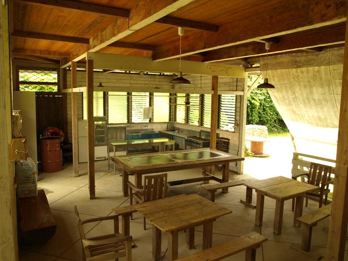 """与論島は、2007年に公開された映画『めがね』の舞台。映画内で親しまれた""""民宿ハマダ""""のキッチンを中心に、ゆったりとした島の暮らしを描く物語。焦らずに生きること、時間の使い方、ライフスタイルの在り方を考えさせられる映画です。 先ほど紹介したコーラルウェイ、寺崎海岸、星砂荘など、様々なロケ地があります。『めがね』ファンはもちろん、まだ見てない方も与論島に行った後に見て思い出に浸るのもオツですよ。"""