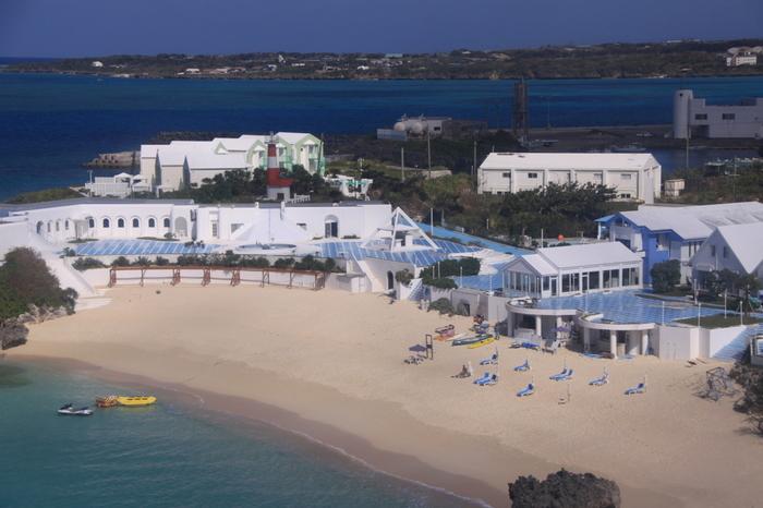 海のような鮮やかブルーと、珊瑚のようなホワイトが印象的な「プリシアリゾートホテル」。与論島の中でもひと際広いホテルなので、上空からでもすぐに目に入ると思います。目の前にはプライベートビーチがあるのが、さらにリゾート感たっぷりですよね。ホテル内は、和風郷土料理や地中海料理の人気のレストランが数店あり、宿泊からグルメ、遊びなどここで一気に楽しめます。