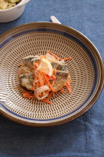 エスカベッシュは、プロヴァンスやカタルーニャで愛される地中海料理の一種で、魚のマリネのこと。日本でいえば、南蛮漬けのようなものです。海の幸が豊富なプロヴァンスのエスカベッシュは、まさにその土地の味が楽しめるシンプルでおいしい料理です。