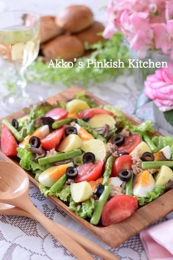 ニース風サラダは、じゃがいも・オリーブ・ゆで卵などを使い、ニンニクやアンチョビの風味がきいたフレンチドレッシングをかけたサラダのこと。とてもにぎやかでボリュームもあり、うまみもたっぷり!パーティーなどにも喜ばれる料理です。