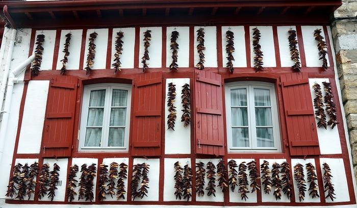 ピレネー山脈をはさみ、フランスとスペインにまたがるバスク地方。近頃は、美食とアートの街として多くの観光客が訪れます。フランスの中でも、独特の言語や文化を持つ異色のエリア。赤が可愛い伝統的な木組みのバスク建築など美しい街並みも魅力的です。ちなみに、写真の家の壁にかかっているのは、特産の唐辛子。