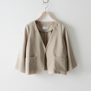 レディーススーツのポイントとなるジャケット。 リクルートスーツのようなシンプルなスタイルとは異なる色やデザインを選ぶことで、あかぬけた、おしゃれな着こなしに。