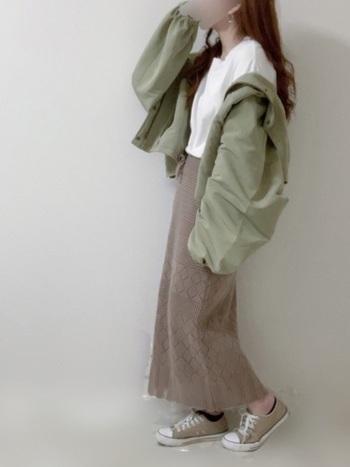 繊細な編地のニットスカートに、ワークテイストのアウターを合わせたコーデ。どちらも淡いアースカラーなので、テイストミックスも難なくクリア。