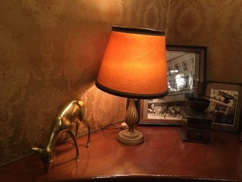 卓上に置けるシェードランプは、インテリアアイテムとしても活躍。アンティーク風のランプを選べば、まわりに置いたオブジェや雑貨も、年代物に見えます*  そして、アクセントウォールのエレガントな壁紙をそっと照らす、やさしい灯りになってくれます。