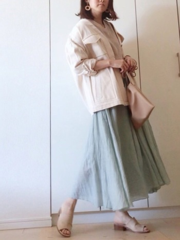 絶妙な色合いのリネンのスカートに、サファリジャケットを合わせて。ミリタリー系のアイテムでも、淡い色合いなら上品にまとまります。