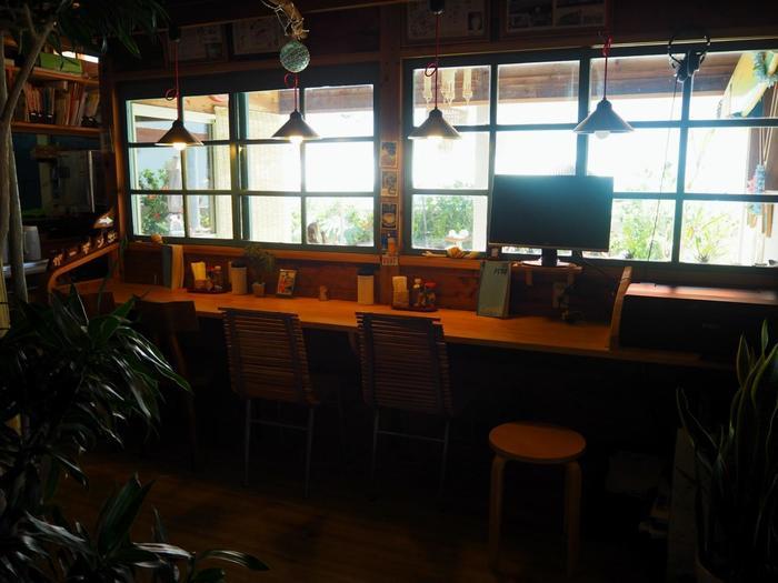 ホワイトの外観の店内に入ると、優しい木目調の空間が広がります。所々に見える貝殻を使った飾りたちが出迎えます。手作り感溢れるレトロな店内は、どこを見ても、どこに座っても楽しいですよ。テラスには、バーカウンターのようなおしゃれな席も。目の前の海を眺めながらお酒や食事を楽しめます。