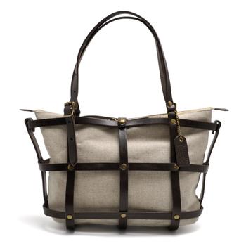 格子デザインがスタイリッシュな印象を与えるトートバッグ。ハンドルの長さは調節ができるので、ショルダーバッグとしても使えます。また、インナーバッグは取り外し可能なので、荷物の入れ替えもスムーズ。程よくきちんと感もあるので、オフィスにカジュアルに、様々な場面で活躍してくれそうです。