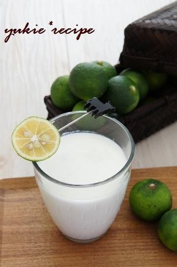 牛乳とすだち、はちみつで作る即席ヨーグルトドリンクはいかが?すだちの香りが爽やかで、りんごのチーズトーストとも相性ばっちりですよ。