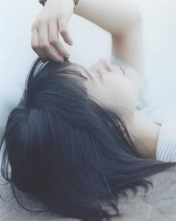 切った前髪がなんだかしっくりこない…。そんな時は、伸びるまでただ待つのではなく、アレンジしてごまかすのが正解。短いとアレンジしにくいと思われがちですが、そんなことはありません。