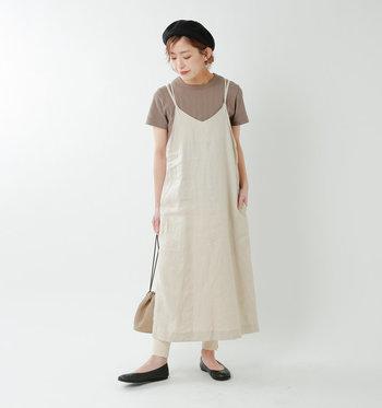 キナリに近いベージュのキャミワンピースは、ブラウンのTシャツを合わせると、まるでミルクティーのような配色に。それだけだとコーデがぼやけてしまうので、足元に黒を足すとお洒落に引き締まります。