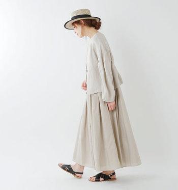 さらりとした風合いのワンピースには、同じ素材感のジャケットを合わせて。まるでアンサンブルのように見えるコーデは、お洒落上級者さんの風格!仕上げに黒のサンダルと、黒のパイピングが効いた帽子を合わせればワンランク上のおめかしスタイルが完成します。