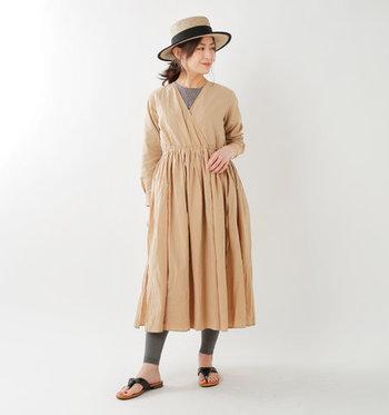 ギャザーがふんだんに入ったカシュクールタイプのワンピースは、レギンスやサンダルでアクティブに着こなしましょう。カンカン帽を被ったらよりスタイリッシュに!