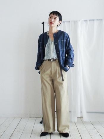 ノーカラーのデニムジャケットで大人めに。レディ感がさらに高まるよう、インナーには女性らしい柄ものブラウスを指名!パンツの裾から見えるポインテッドトゥもエレガンスのポイントです。