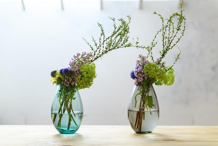 ちょうど挿す口のところに花たちがまとまるように活ける方法も是非真似してみたい斬新な活け方。色々アイデアが広がる美しいフォルムのフラワーベースです。