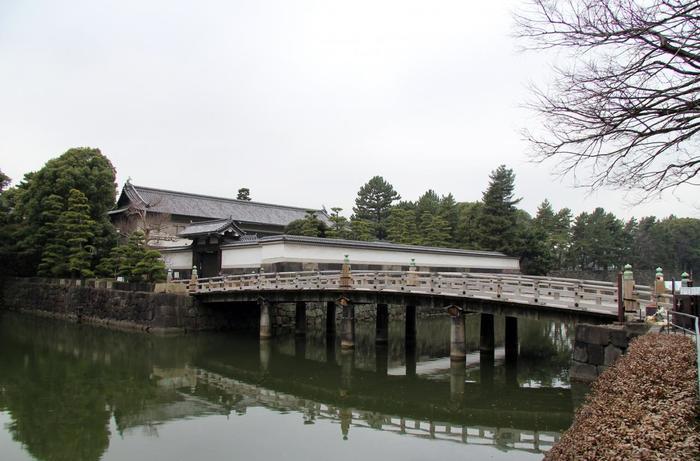先に「平川門」について触れましたが、平川門前に架かる「平川橋」も、旧江戸城の風情を今に伝えるスポット。 ゆるやかなカーブを描いたこの橋は、江戸ならではのキリッとした印象もあり、実に魅力的です。地下鉄・竹橋駅を利用するのなら、ぜひ「平川橋」を渡ってみましょう。  【現在の「平川橋」は、昭和63年に改めて架けられたものだが、初代は、慶長9(1614)年と古い。その後、寛永12(1635)年に枡形櫓門(ますがたやぐらもん)と番所が造設されている。】
