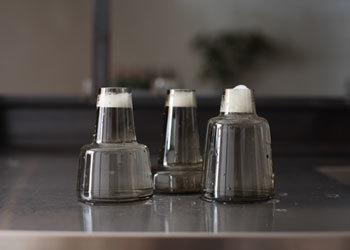 小さなフラワーベースが欲しいけどお手入れが…という方もいらっしゃるのでは。小さなサイズのフラワーベースは漂白剤を薄めて入れてつけおきでOK。
