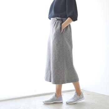 ぽっちゃりさんの場合は、ウエスト部分がハーフゴム仕様のものや調節ベルト付き、タック入りを選ぶと気になるお腹周りを上手にカバーしてくれます。自分の体型にフィットさせることができる巻きスカートタイプを選ぶのもおすすめ。