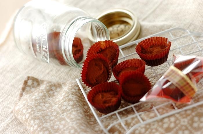 生クリームの代わりに豆腐を使うヘルシーなトリュフチョコレート。おすそ分けしやすいようにアルミカップに入れて作ると便利ですね。